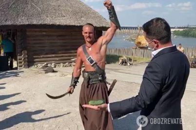 prezident-v-zaporozhe-podstavil-ruku-pod-sablyu-kazaka-opublikovano-video.jpg