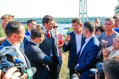 prezident-zelenskij-s-vladimirom-buryakom-prinyali-reshenie-o-zavershenii-stroitelstva-mostov-v-zaporozhe.jpg