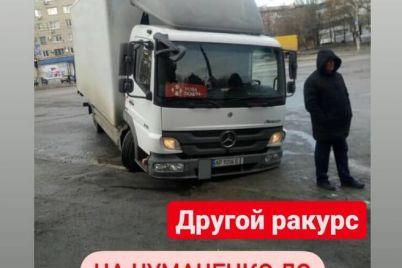 pridyotsya-podozhdat-posylku-v-zaporozhe-pochtovyj-gruzovik-provalilsya-pod-asfalt-foto.jpg