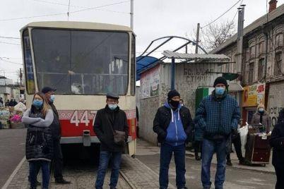 protestuyut-protiv-lokdauna-zaporozhskie-predprinimateli-perekryli-dvizhenie-tramvaev.jpg
