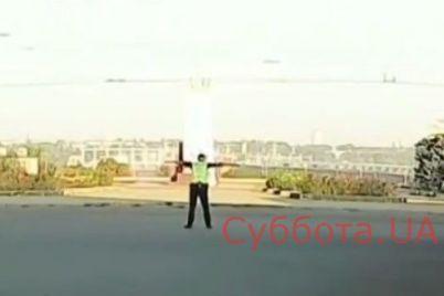 rabotnik-ot-boga-zhitelej-zaporozhya-poveselil-pustivshijsya-v-plyas-regulirovshhik-video.jpg