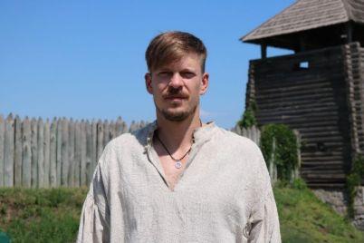 radi-glavnoj-roli-v-seriale-akter-iz-zaporozhya-prokolol-uho.jpg