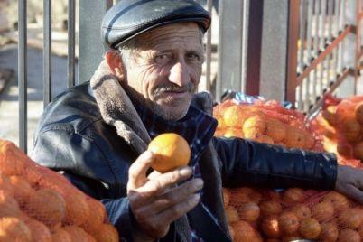 radi-ulybok-v-zaporozhskoj-oblasti-muzhchina-besplatno-razdaval-mandariny-foto.jpg