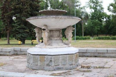 razbitaya-plitka-i-rzhavye-attrakcziony-zaporozhczev-razocharoval-glavnyj-gorodskoj-park.jpg