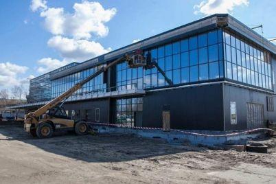 robota-kipit-v-zaporizkomu-mizhnarodnomu-aeroportu-trivad194-budivnicztvo-pasazhirskogo-terminalu.jpg