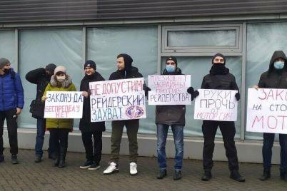 ruki-proch-ot-motor-sich-sotrudniki-predpriyatiya-vyshli-na-miting.jpg