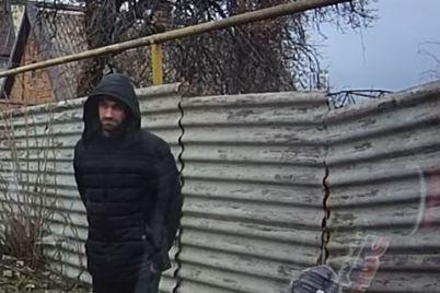 ryl-zemlyu-rukami-v-zaporozhe-zapechatleli-na-foto-muzhchinu-kotoryj-iskal-narkoticheskuyu-zakladku.jpg
