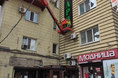 s-istoricheskih-domov-zaporozhya-ubrali-urodlivye-vyveski.jpg