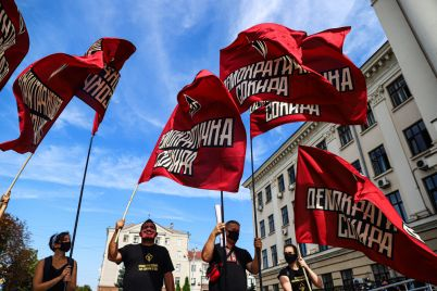 s-pilami-i-v-maskah-v-zaporozhe-vozle-merii-aktivisty-pokazali-kak-raspilivayut-gorodskoj-byudzhet-fotoreportazh.jpg