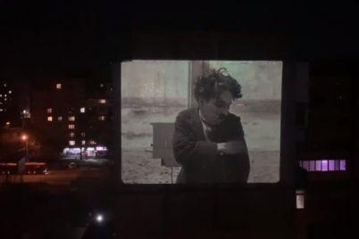 s-pomoshhyu-proektora-zaporozhecz-pokazhet-dlya-sosedej-film-na-stene-doma.jpg