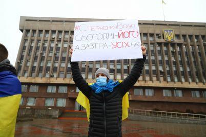 s-zontami-pod-prolivnym-dozhdem-v-zaporozhe-proshla-akcziya-v-podderzhku-sternenko-foto.jpg