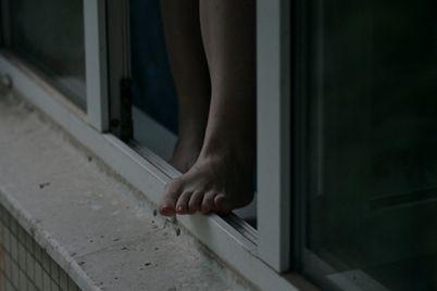 sdelala-uborku-v-zaporozhe-14-letnyaya-devochka-vypala-iz-okna.jpg