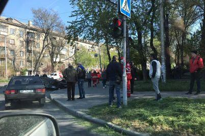 sereznoe-dtp-v-zaporozhe-ot-udara-odna-iz-mashin-perevernulas-na-kryshu-foto.jpg
