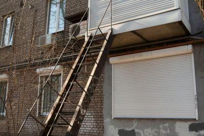 shedevr-arhitektury-v-zaporozhe-k-balkonu-na-2-om-etazhe-postavili-lestniczu-fotofakt.jpg