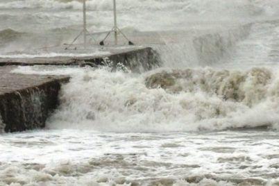 shtorm-na-azovskom-more-spasateli-evakuiruyut-lyudej-s-kosy-biryuchij-ostrov.jpg