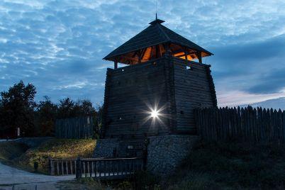 skazochnaya-noch-na-horticze-zaporozhskij-fotograf-pokazal-sech-nochyu-foto.jpg