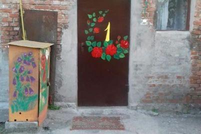 skazochnye-personazhi-czvety-i-palmy-hudozhnik-samouchka-iz-zaporozhskoj-oblasti-ukrashaet-dom-risunkami-fotoreportazh.jpg