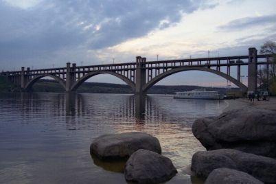 smotrite-v-oba-s-mosta-preobrazhenskogo-padayut-kuski-betona-video.jpg