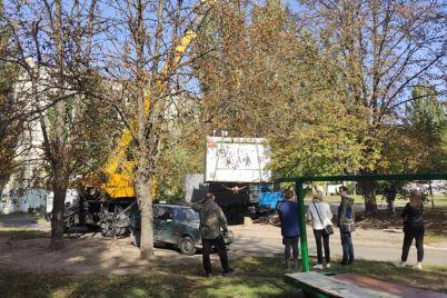 so-dvora-zaporozhskoj-mnogoetazhki-pri-pomoshhi-poduemnogo-krana-demontirovali-kiosk-foto.jpg