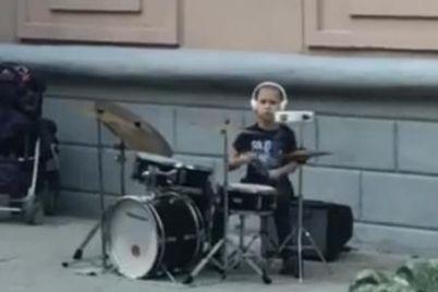 sobiraet-poklonnikov-v-berdyanske-zametili-6-letnego-barabanshhika-video.jpg