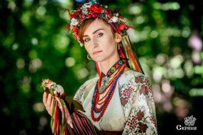 solistka-gruppy-go_a-fotografirovalas-s-kuklami-zaporozhskoj-mastericzy.jpg