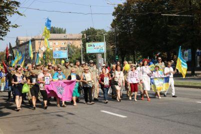 sotni-zaporozhczev-proshlis-po-glavnomu-prospektu-s-flagami-foto.jpg