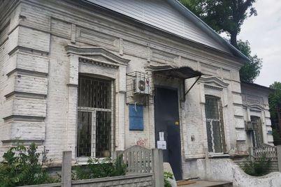 stoletnee-zdanie-v-istoricheskoj-chasti-zaporozhya-isportili-novoj-kryshej-foto.jpg
