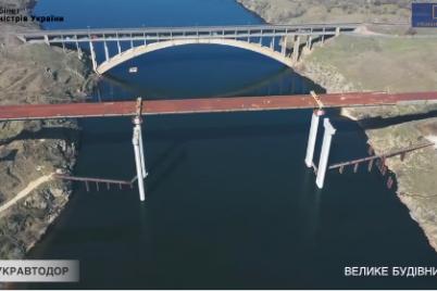 stroitelstvo-mostov-cherez-dnepr-i-remont-dorog-v-zaporozhskoj-oblasti-snyali-s-vysoty-ptichego-poleta-video.png