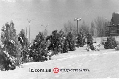 sugroby-i-pustoj-postament-kak-vyglyadela-ploshhad-zaporozhskaya-50-let-nazad.jpg
