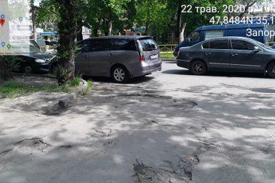 tak-parkovatsya-eto-voobshhe-ne-imet-sovesti-zaporozhskie-inspektory-po-parkovke-pobyvali-vozle-krytogo-rynka-foto.jpg