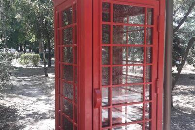 u-czentralnomu-parku-melitopolya-zyavivsya-anglijskij-taksofon.jpg