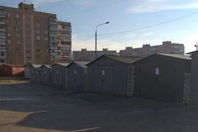 u-dvorah-zaporizkih-bagatopoverhivok-demontuyut-garazhi-i-parkuvalni-konstrukczid197.jpg