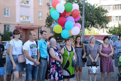 u-dvori-zaporizkod197-bagatopoverhivki-oblashtuyut-aleyu-troyand-foto.jpg