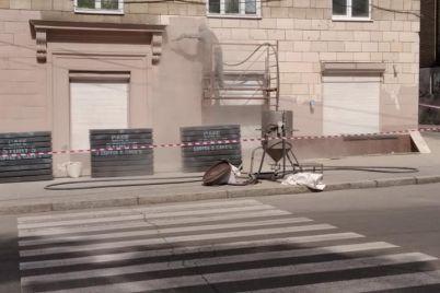 u-seredmisti-zaporizhzhya-ryatuyut-fasad-budinku.jpg