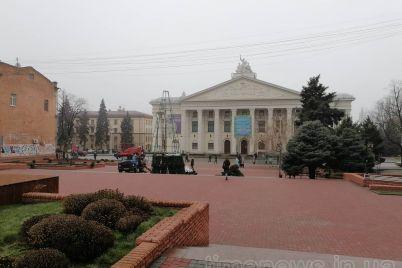 u-staromu-czentri-zaporizhzhya-vstanovlyuyut-drugu-veliku-yalinku.jpg