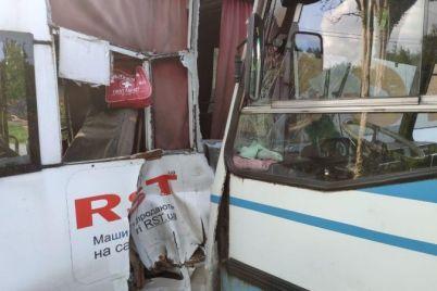 u-zaporizhzhi-avtobus-vrizavsya-u-marshrutku-d194-postrazhdali.jpg