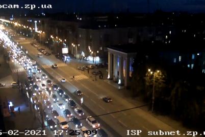 u-zaporizhzhi-cherez-polamku-na-mostu-avto-vishukuyutsya-u-chergi-na-greblyu.png