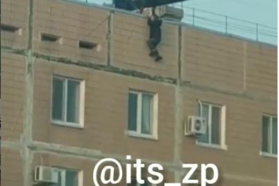 u-zaporizhzhi-divchata-vryatuvali-podrugu-yaka-hotila-stribnuti-z-dahu-video.png