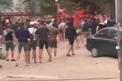 u-zaporizhzhi-futbolni-fanati-vlashtuvali-masovu-bijku.jpg