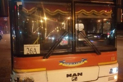 u-zaporizhzhi-miskij-avtobus-potrapiv-u-dtp-foto.jpg