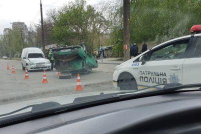 u-zaporizhzhi-nepodalik-mostu-perevernuvsya-legkovik-foto.jpg