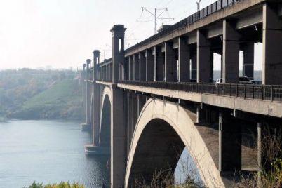 u-zaporizhzhi-pochali-remont-zd197zdu-z-mostu-preobrazhenskogo.jpg