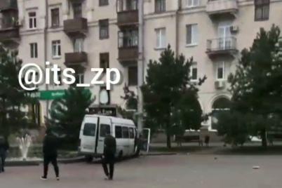u-zaporizhzhi-vnaslidok-dtp-marshrutku-z-pasazhirami-vidkinulo-na-trotuar.jpg
