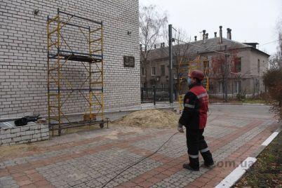u-zaporizkij-infekczijnij-likarni-zaklali-fundament-kisnevod197-stanczid197-ta-pochali-montuvati-truboprovid.jpg