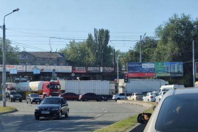 u-zaporozhskih-voditelej-sdayut-nervy-poyavlyayutsya-novye-sposoby-obuezzhat-probki-video.jpg