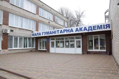u-zaporozhskoj-shkoly-kotoruyu-postroili-za-chetyre-mesyacza-poyavilas-novaya-krysha.jpg