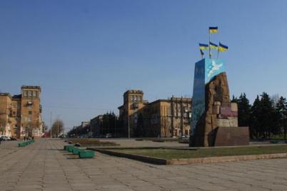 ura-na-zaporozhskoj-ploshhadi-snesut-postament-na-kotorom-stoyal-lenin.png