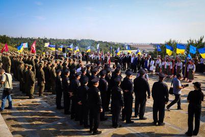 uspet-za-minutu-sorok-na-horticze-torzhestvenno-podnyali-flag-ukrainy-fotoreportazh.jpg