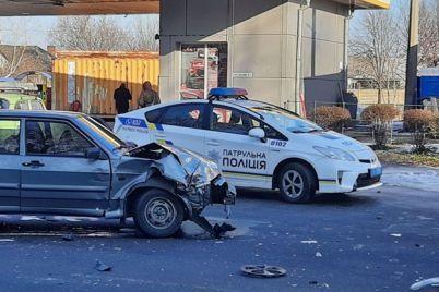 ustroili-pogonyu-v-zaporozhe-policzejskie-vzyali-avtomobil-narushitelej-na-taran-video.jpg