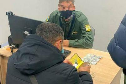 v-aeroportu-zaporozhya-otkazalis-propuskat-inostrancza-ego-drug-predlozhil-pogranichnikam-vzyatku.jpg